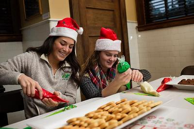 Student athletes Rachel Talanian '17 and Erin Mah '19 decorate cookies for the Skidmore Cares gathering.
