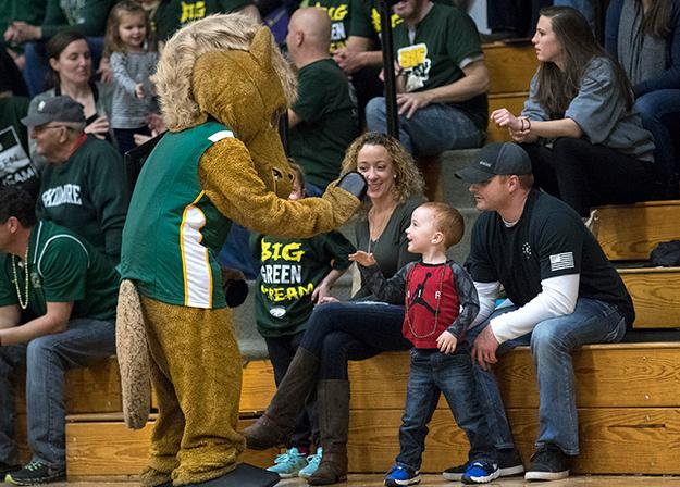 Skidmore%27s%20mascot%2C%20Skids%20Scribner%2C%20hands%20out%20high-fives%20to%20young%20fans.