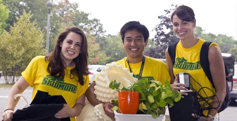 Skidmore students help new students on move-in day.