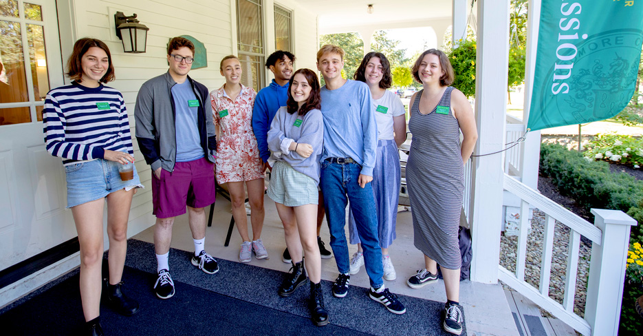 College student tour guides welcome prospective families to Skidmore's campus