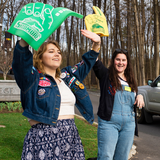 Student college student tour guides welcome prospective families to Skidmore