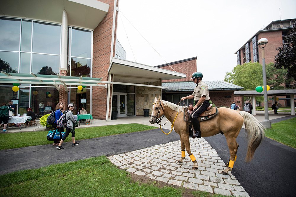 Skidmore campus security officer and horse greet first year students